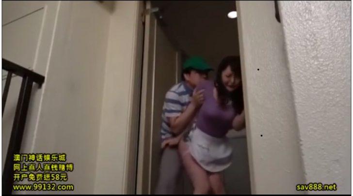 【爆乳人妻×レイプ】「やめて!」玄関開けたら媚薬塗りチ○ポで隙アリ妻を宅配即ズボハメされちゃうw